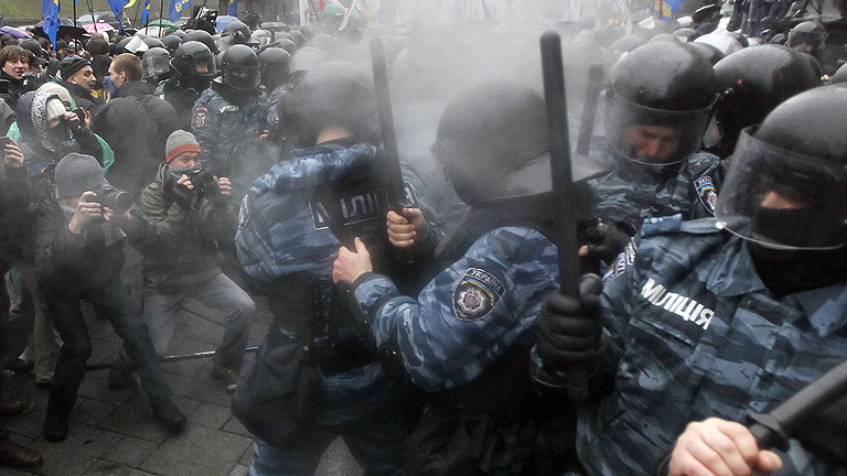 La oposición ucraniana reanuda las protestas contra el Gobierno y se enfrenta a la policía