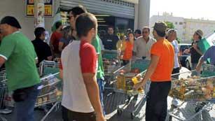 Ver vídeo  'Orden de detención para los asaltantes de los supermercados'