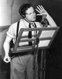 Orson Welles en el estudio de radio