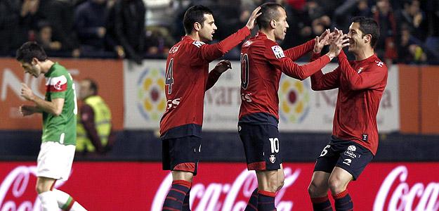 Los jugadores de Osasuna Miguel Flaño, Patxi Puñal y Álvaro Cejudo celebran el primer gol osasunista