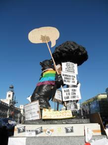 El Oso y el Madroño, decorado con pancartas.