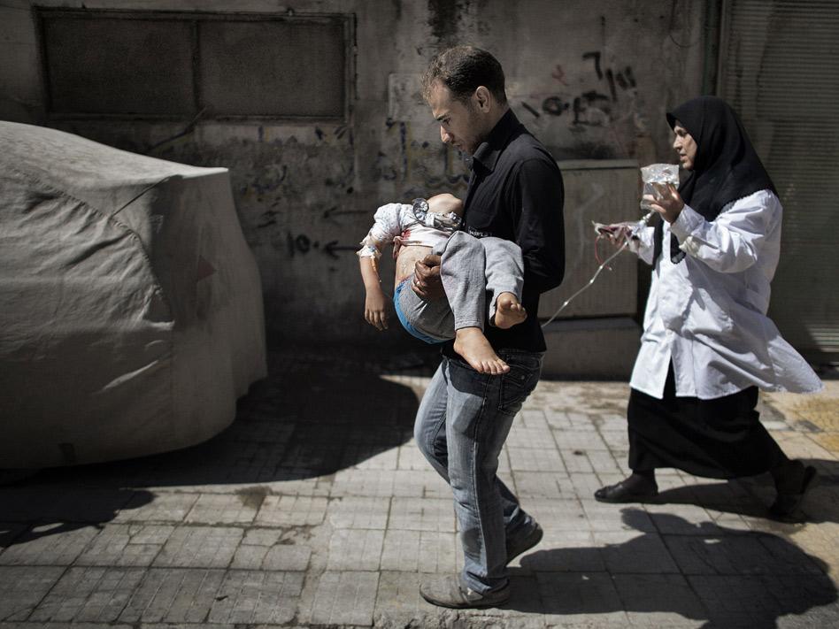 Otra de las fotografías que dio la vuelta al mundo fue la de este padre trasladando a su hija en brazos, tras ser herida por una bomba en la ciudad de Alepo, en donde la guerra en Siria vivió uno de sus frentes más cruentos.