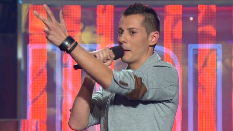 """Uno de Los Nuestros - Pablo Muñoz canta """"Devuélveme a mi chica"""""""