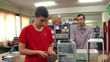 Pablo repara ordenadores para regalarlos a quien no puede comprarlos