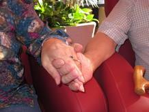 Paco y Ana cogidos de la mano.