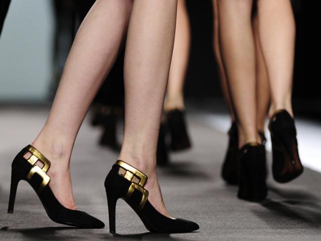Palacio adorna los zapatos y los baña de color oro