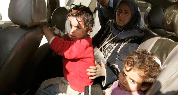 Niños palestinos llegan a un hospital al norte de Gaza.