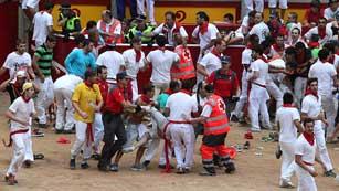 Ver vídeo  'Pánico entre los corredores atrapados a la entrada de la plaza de Pamplona'