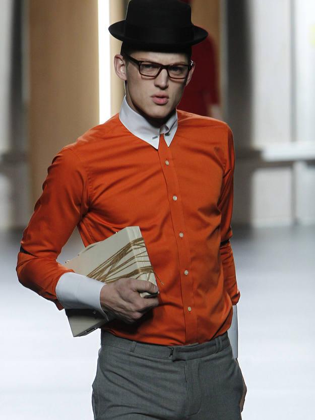 Los pantalones se acortan, las camisas se alargan y las gafas son el complemento ideal para rematar ese look buscado.