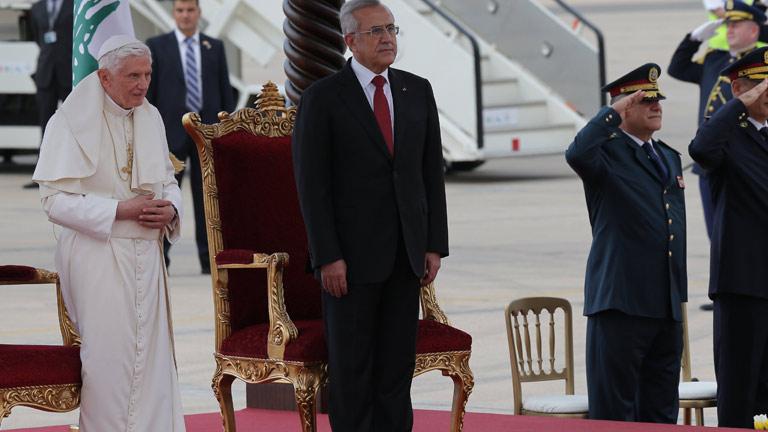 El papa aprovecha su visita a Líbano para pedir que se suspenda la venta de armas a Siria