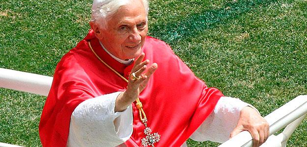 Benedicto XVI saluda a los asistentes al oficio religioso en el interior del estadio San Siro