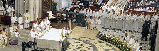 """El papa defiende el celibato y llama a los futuros sacerdotes a ser """"santos"""""""