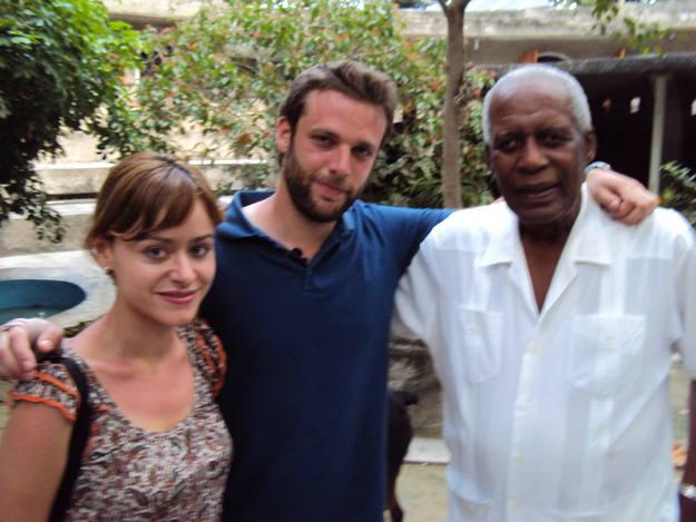 El papa del vudú Max Beauvoir recibe a Miguel y a Érika en su templo de Mariani
