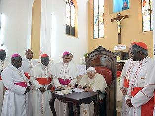 El papa exige una respuesta médica y ética al sida en África