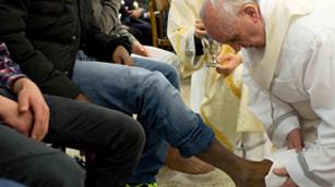 Ver vídeo  'El papa Francisco oficia el Jueves Santo en un reformatorio'