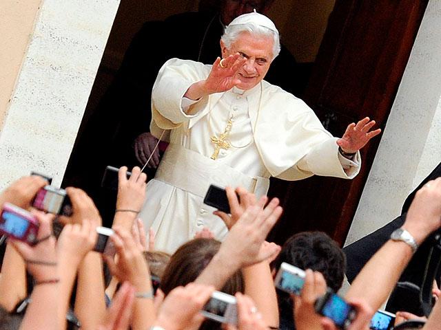 El papa saluda a los peregrinos españoles en su residencia de verano, mientras Madrid se prepara para el JMJ