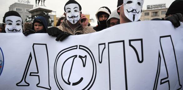 Manifestantes con la máscara de Guy Fawkes contra ACTA durante una protesta en Sofía.