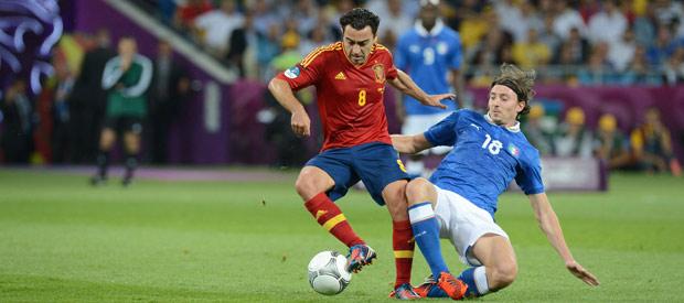 Xavi Hernández (i) controla el balón ante la presión de Riccardo Montolivo.