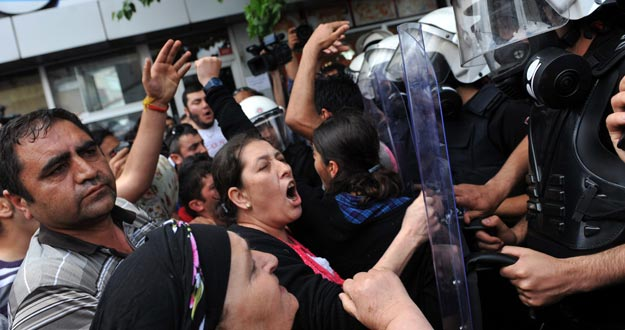 Un grupo de manifestantes se enfrenta a la policía en protesta por los disparos que dejaron heridos