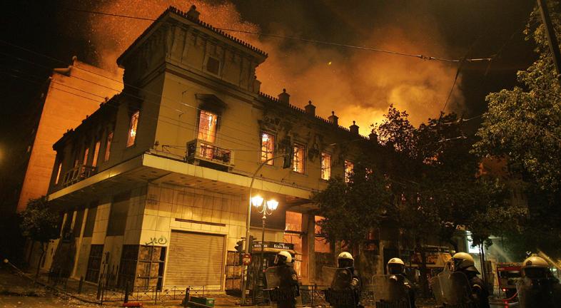El parlamento griego aprueba los ajustes para recibir el segundo rescate financiero
