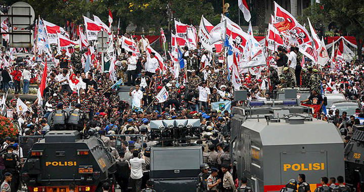 Partidarios del candidato presidencial Prabowo se enfrentan a la Policía en Yacarta, la capital de Indonesia