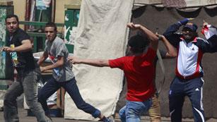 Ver vídeo  'Partidarios y detractores de Mursi se enfrentan en Tahrir'