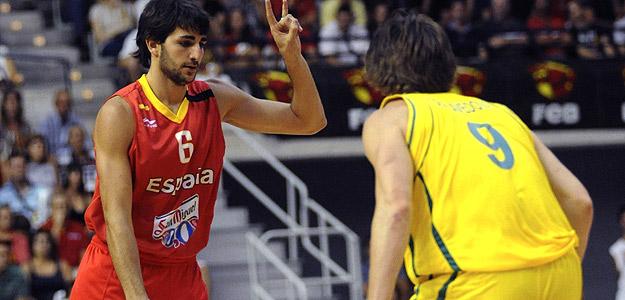 El jugador de la selección española Ricky Rubio encara a Matt Dellavedoda, de Australia.