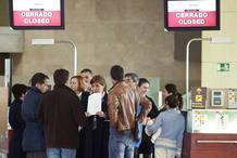 PASAJEROS AFECTADOS POR EL CIERRE DE SPANAIR EN UNO DE LOS MOSTRADORES DE LA COMPAÑÍA EN TENERIFE