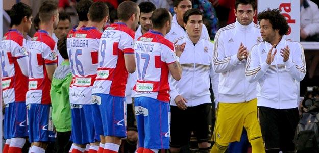 Los jugadores del Granada hacen el pasillo de honor al Madrid antes del partido