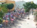 Foto desde un primer piso del pelotón atravesando las calles de Alcudia.