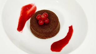 Pastel de chocolate al vino, crema inglesa y coulis frambuesa