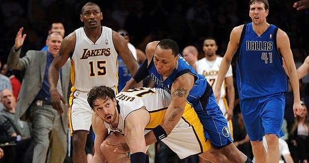Pau Gasol, de los &Aacute;ngeles Lakers, lucha ante la presi&oacute;n de Shawn Marion, de los Dallas Mavericks.