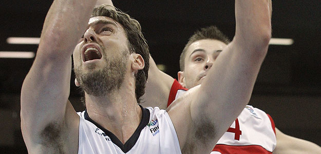 El p&iacute;vot de la selecci&oacute;n espa&ntilde;ola Pau Gasol junto al jugador polaco Berisha.