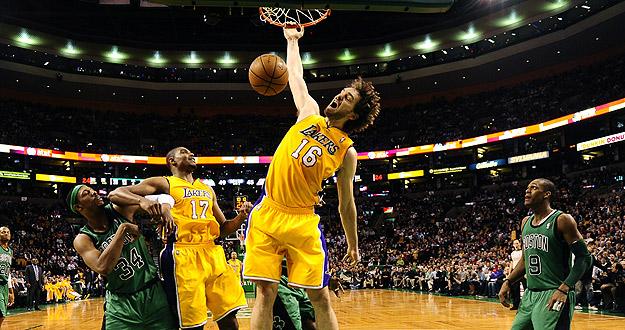 El jugador de Los Ángeles Lakers, el español Pau Gasol, machaca ante Boston Celtics.