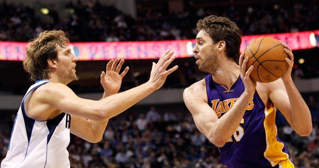 Pau Gasol, de los Lakers, y Dirk Nowitzki, de los Dallas Mavericks, cara a cara en el partido que les enfrentó con victoria para los angelinos.