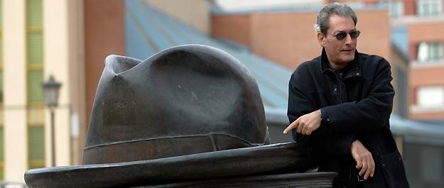 Paul Auster posa en Oviedo en 2006