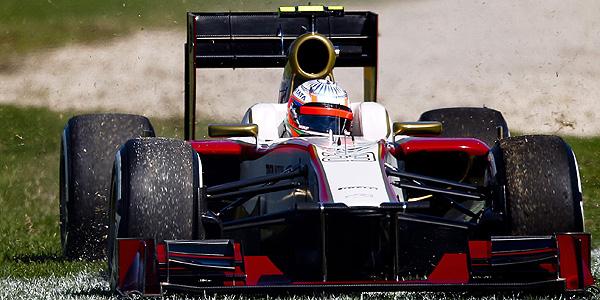 Pedro de la Rosa (HRT) en el césped durante la tercera sesión de prácticas en el circuito de Albert Park en Melbourne.