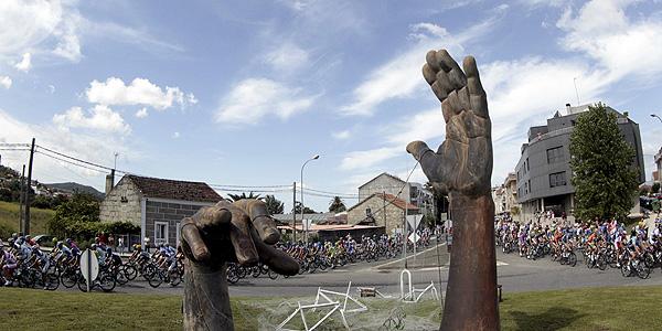 El pelotón a la salida de Vilagarcía de Arousa durante la duodécima etapa de la Vuelta c