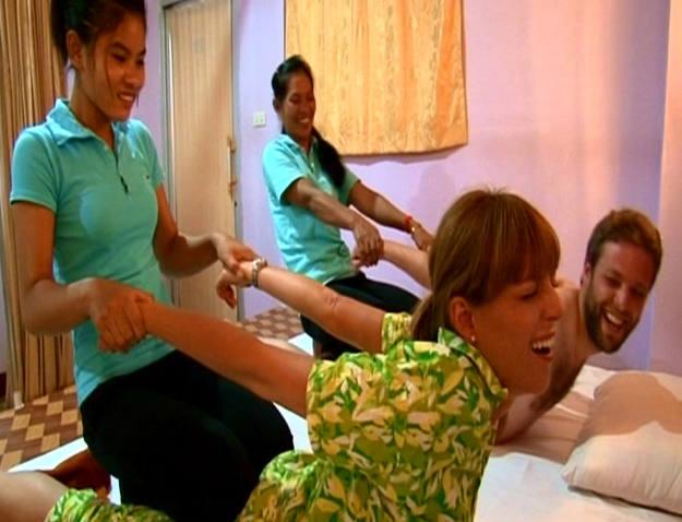 Pepa y Miguel sufriendo en el masaje- radicional camboyano - Buscamundos