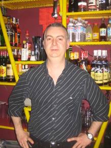 Pepe es el dueño del pub 'A medianoche'.