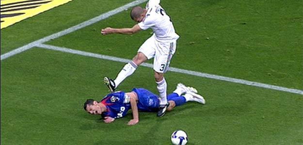 Pepe pateó por dos veces a Casquero cuando éste estaba en el suelo.
