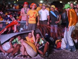 Ver vídeo  'Los peregrinos de la JMJ desafían a la lluvia en la vigilia de Cuatro Vientos'