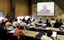 Periodistas atendiendo a la grabación de la comparecencia de karadzic