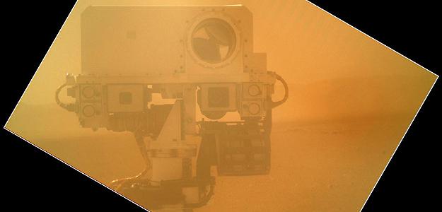 Autorretrato de Curiosity del 7 de septiembre con la cámara MAHLI, aún con su cubierta sin abrir