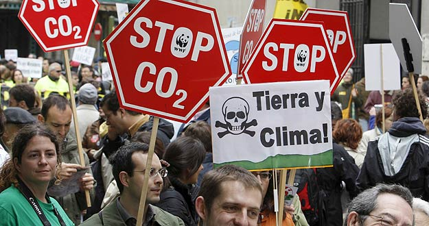 Varias pancartas piden que se soluciones el cambio climático en la manifestación convocada para celebrar el Día de la Tierra