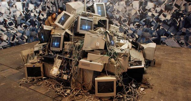Monitores y teclados rotos en una performance celebrada durante la última edició de la feria SIMO.