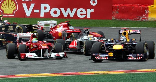 El piloto alemán Sebastian Vettel (Red Bull) acelera su monoplaza en el circuito belga de Spa en el GP de Bélgica.