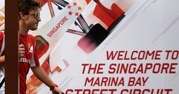 El piloto de Ferrari, Fernando Alonso, en el paddock de Singapur.