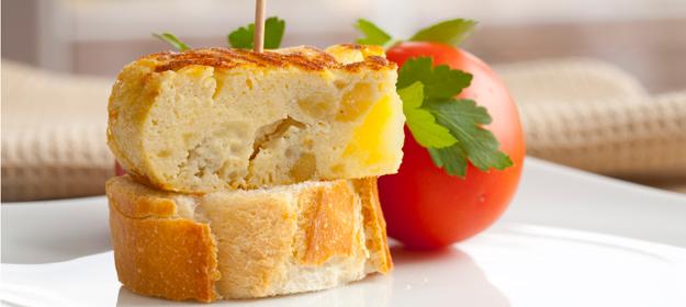 Tapa de pincho de tortilla, una de las más tradicionales en España.