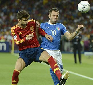 Piqué supera al italiano Cassano en la final de la Eurocopa 2012